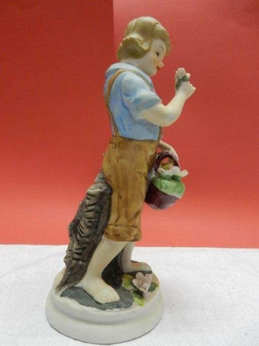 Porseleinen beeld jongen met mand
