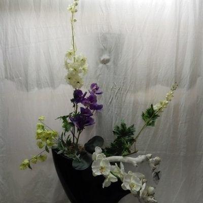 Boat vase met kunstbloemen