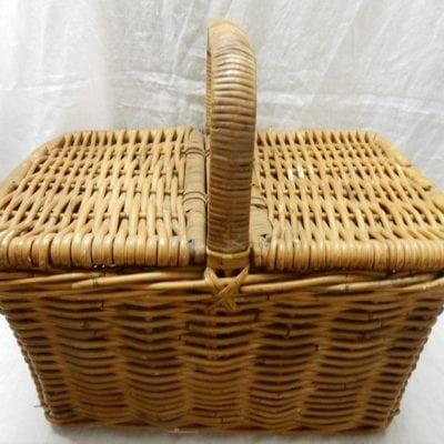 Antieke vintage rieten picknickmand