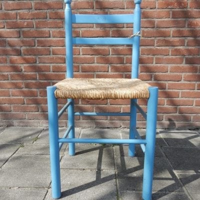 blauw stoeltje met rieten zitting